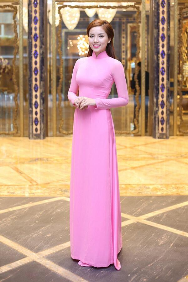 Chiếc áo dài mang lại sự nữ tính, mềm mại, sang trọng