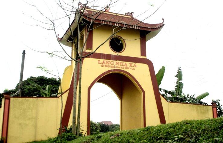 Cổng làng lụa Nha Xá
