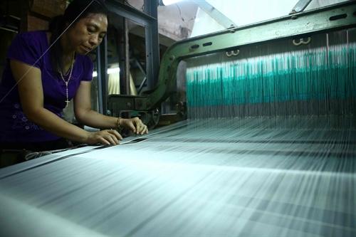 Dệt lụa bằng máy tại làng lụa Nha Xá